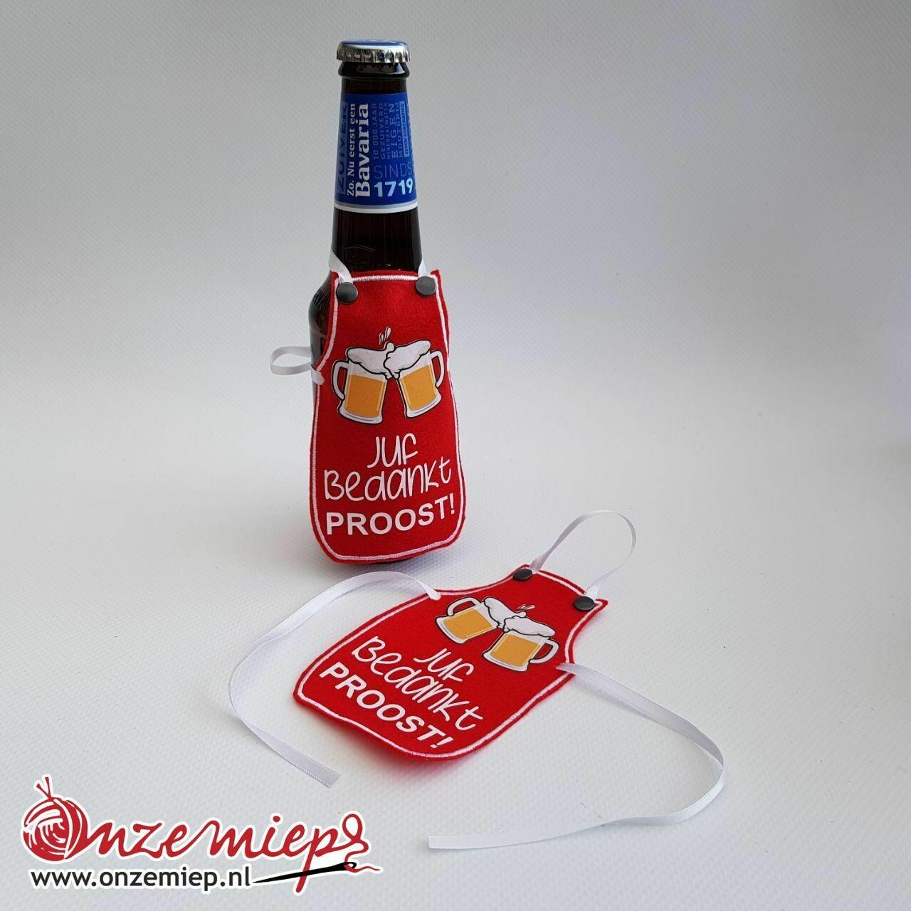 """Rood schortje voor bierfles met """"Juf bedankt! Proost!"""""""