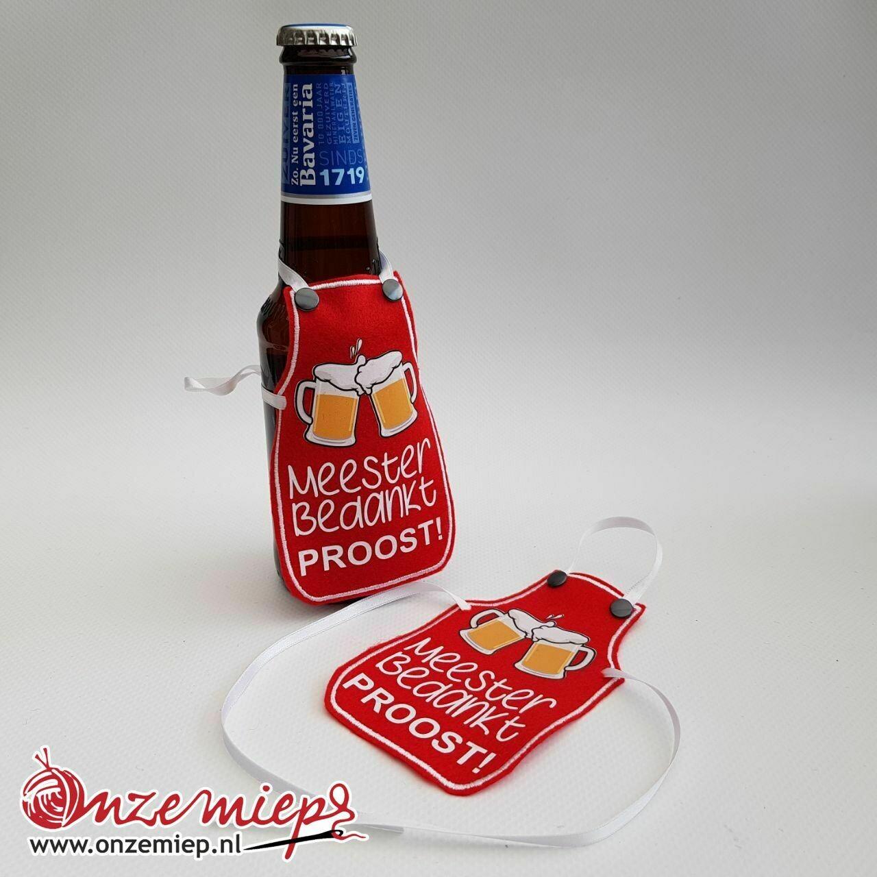 """Rood schortje voor bierfles met """"Meester bedankt! Proost!"""""""