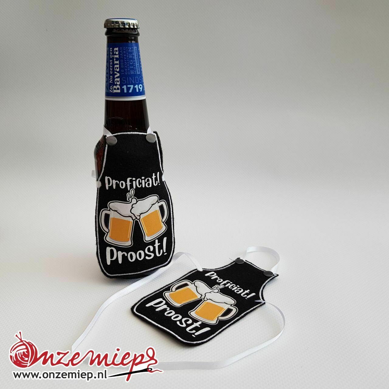 """Zwart schortje voor bierfles met """"Proficiat! Proost!"""""""