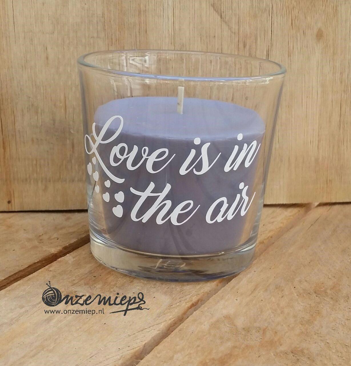 """Grijs/paarse geur kaars met de tekst """"Love is in the air"""""""