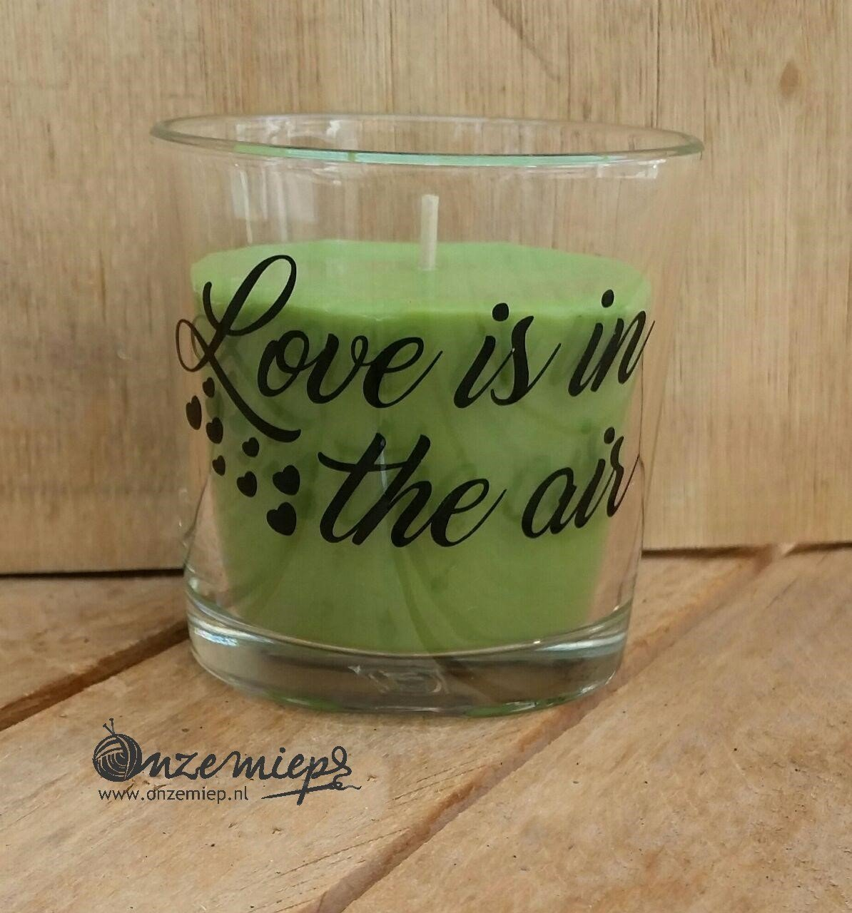 "Groene geurkaars met de tekst ""Love is in the air"""