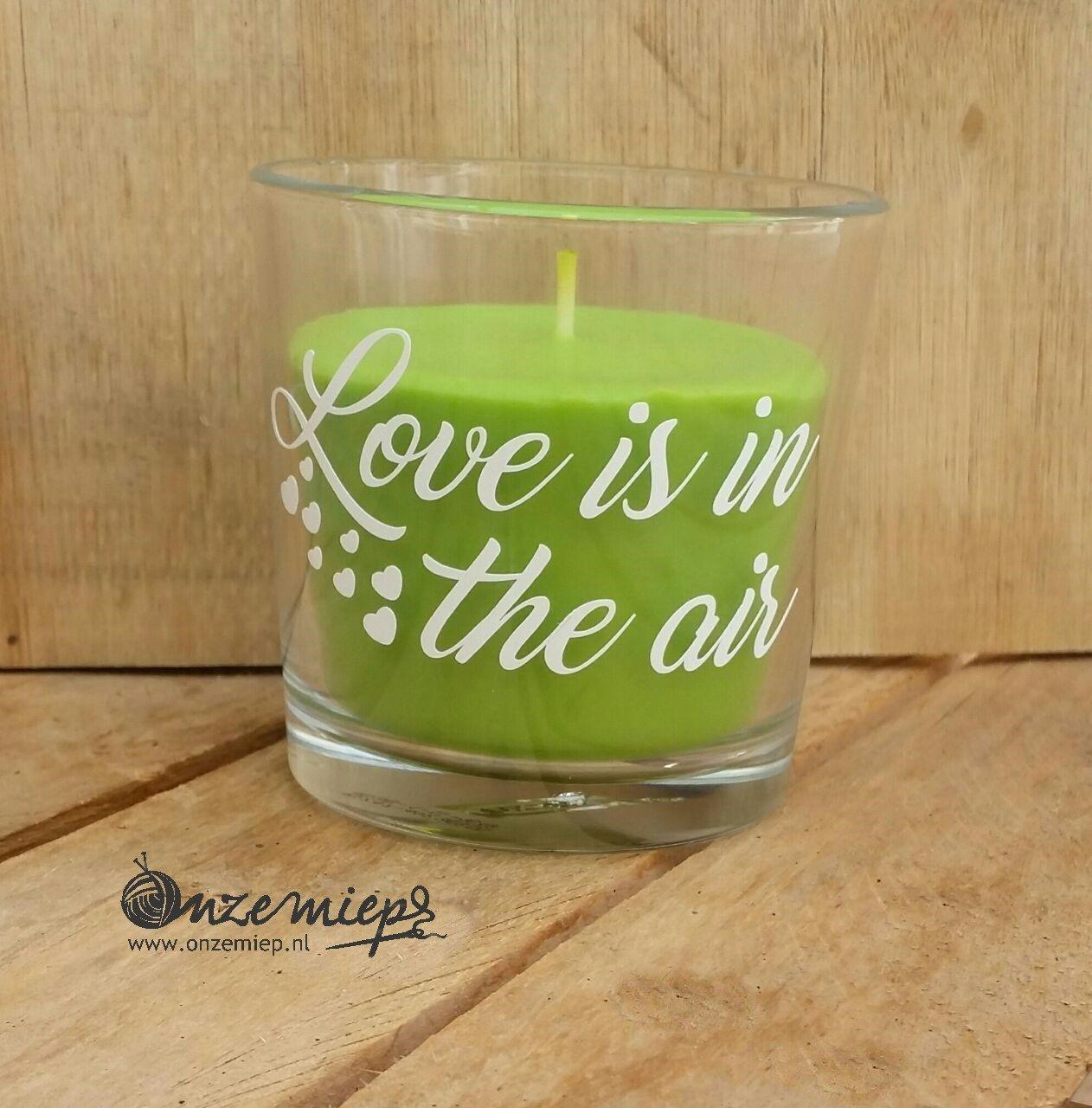 """Groene geurkaars met de tekst """"Love is in the air"""""""