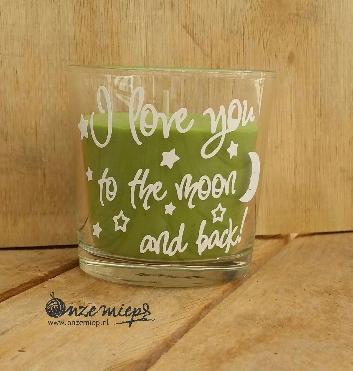"Groene geurkaars met de tekst ""I love you to the moon and back"""