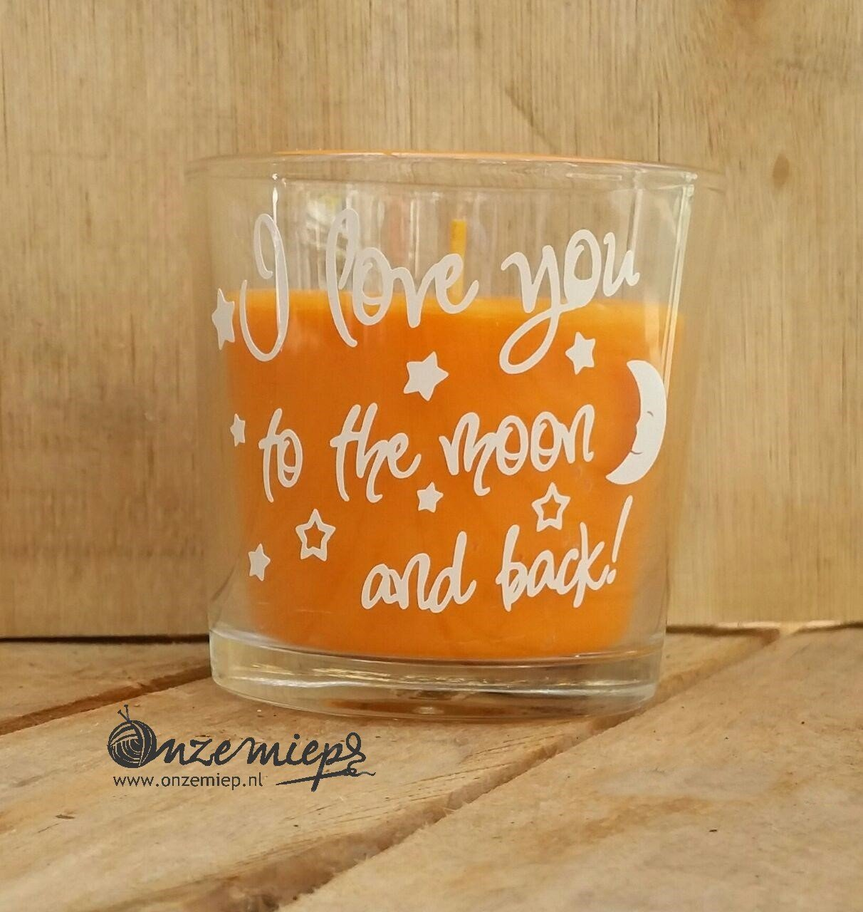 "Oranje geurkaars met de tekst ""I love you to the moon and back"""