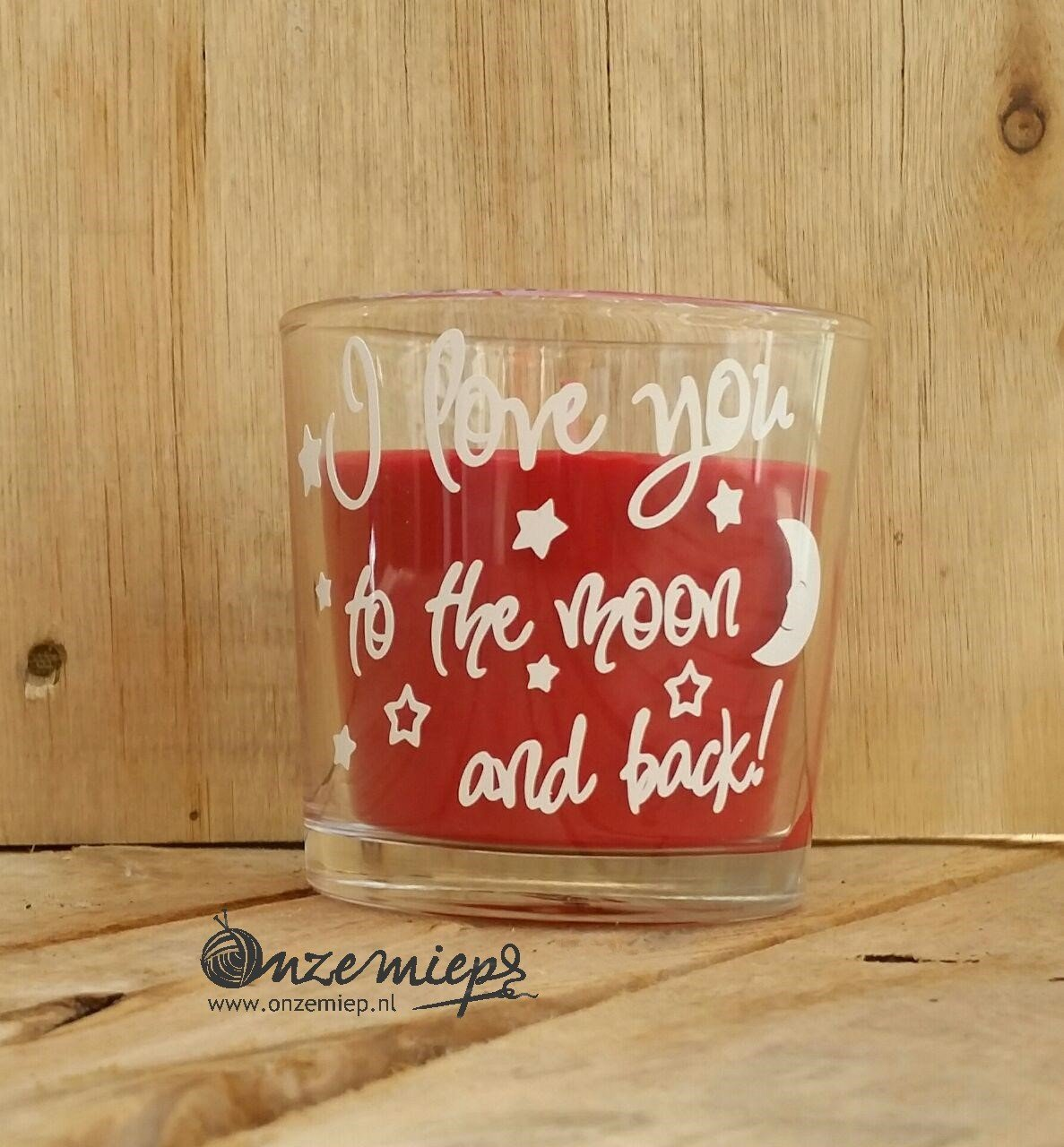 "Rode geurkaars met de tekst ""I love you to the moon and back"""
