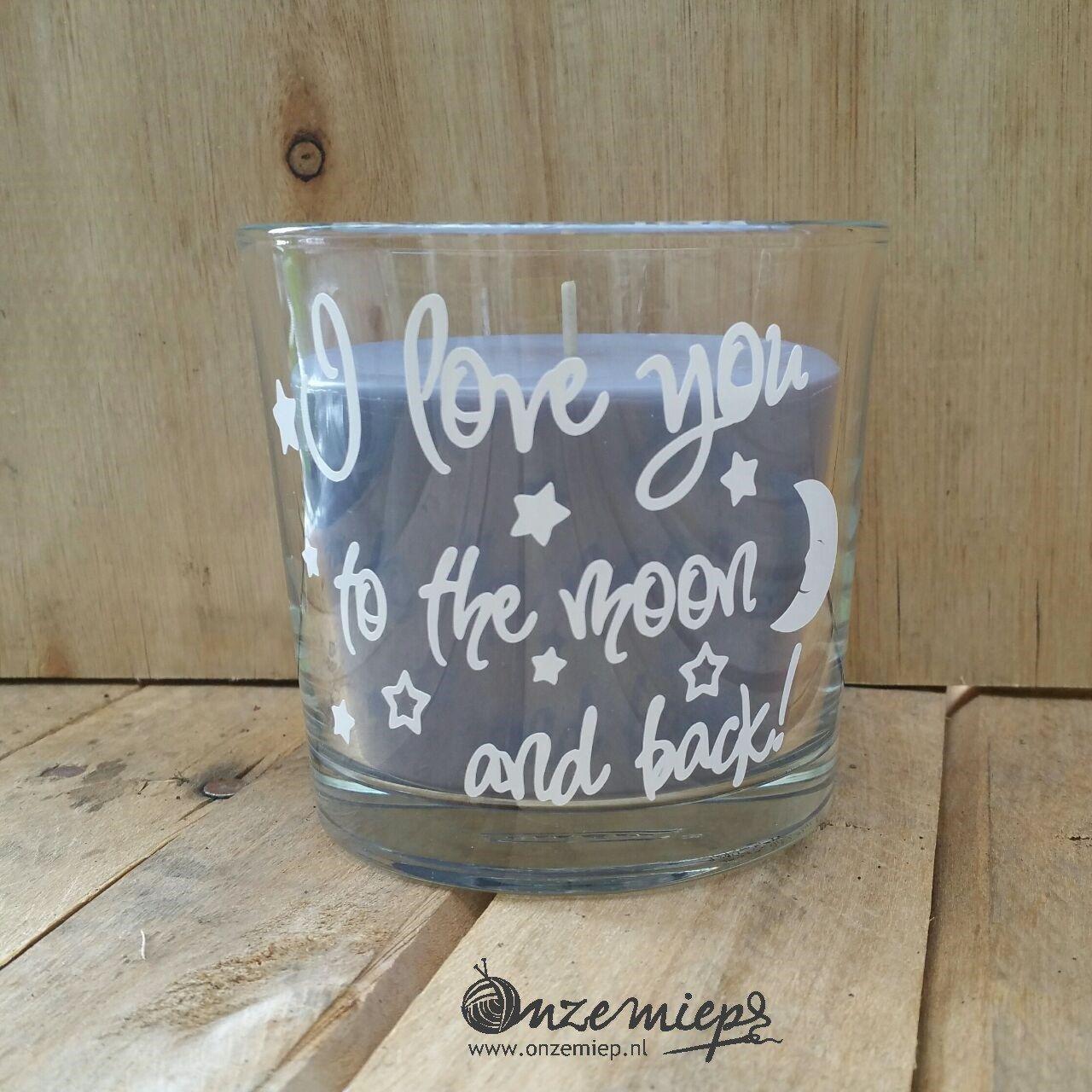"""Grijs/paarse geurkaars met de tekst """"I love you to the moon and back"""""""