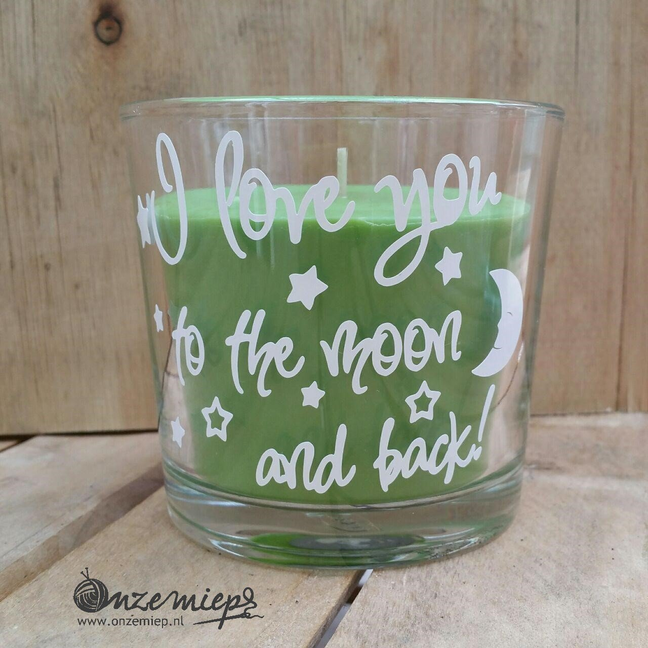 "Groene geurkaars met de tekst ""I love you to the moon and back"""