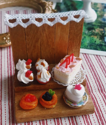 LOVELINESS STUDIO CAKE & DANISH SHOP WITH ACRYLIC BOX