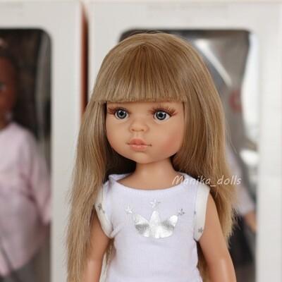 Карла в пижаме, русые волосы с челкой, глаза серые