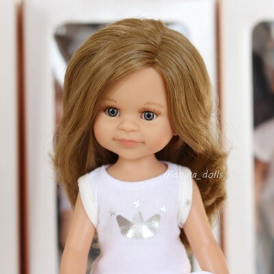 Клео в пижаме, русые волнистые волосы, глаза серые