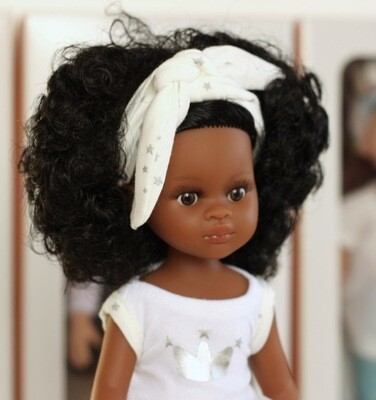 Нора мулатка в пижаме, кудрявые черные волосы, глаза карие