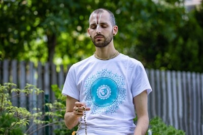 T-shirt 'OM Chanting' - white
