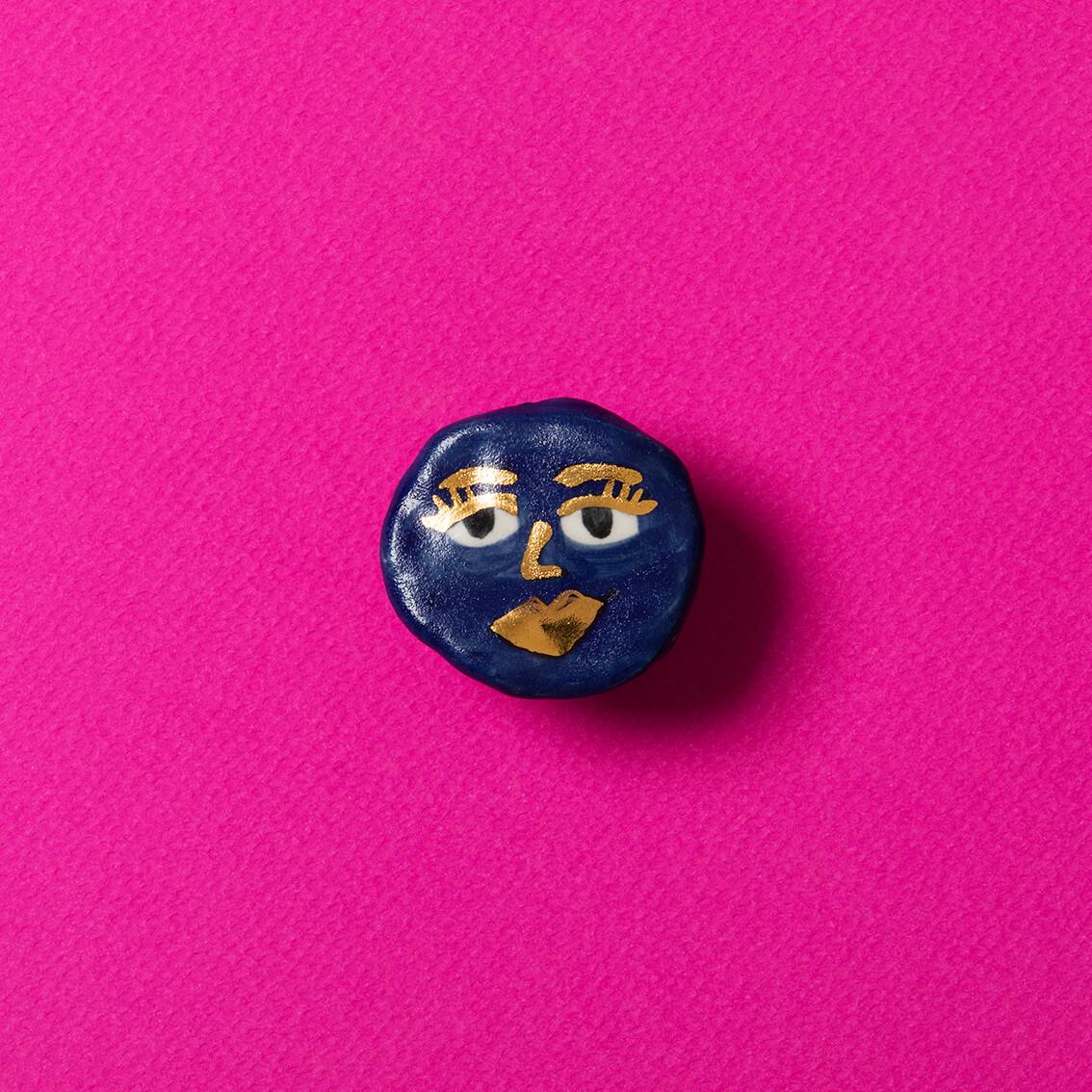 Pin Cara golden blue