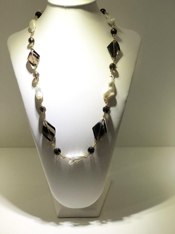 Collana realizzatain argento 925, con bagno in oro giallo. Pietre naturali:quarzo fumè e perle fresh water