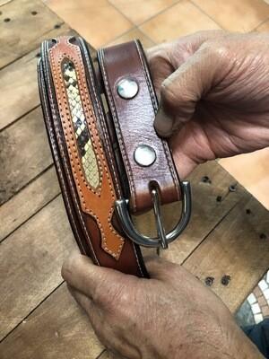 Cintura in cuoio con inserti di pelle di pitone.