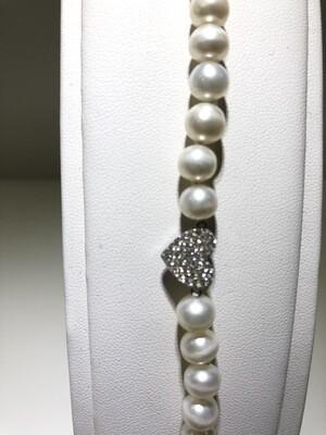 Bracciale di perle naturali fresh water. Chiusura  e cuore in argento con bagno in oro bianco e zirconia naturale