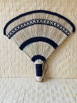 Coquette's Armoire abanico color azul marino tejidos a mano en fibra de junco