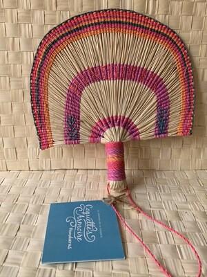 Coquette's Armoire abanico color multicolor rosados tejidos a mano en fibra de junco