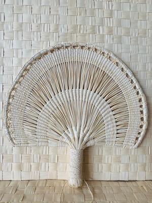 Coquette's Armoire abanico color natural tejidos a mano en fibra de junco