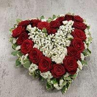 Coeur rose rouge et gypsophille