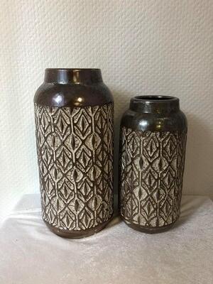 Vase brun foncé avec motifs blanc