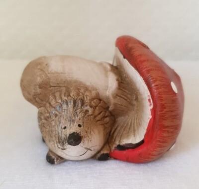 Hérisson avec son champignon