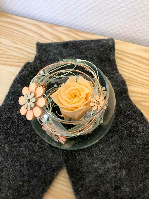 Rose éternelle saumon dans un vase boule