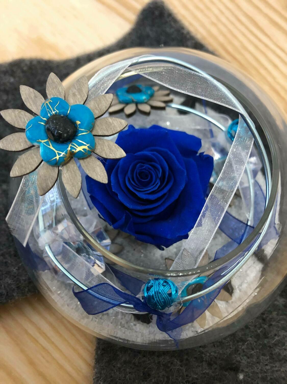 Rose éternelle bleue dans un vase boule