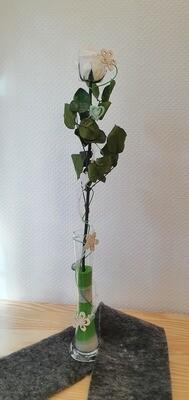 Rose éternelle blanche, dans un vase haut