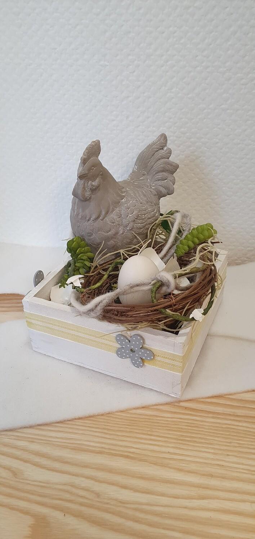 Arrangement avec poule et œufs