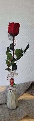 Rose éternelle rouge dans un vase
