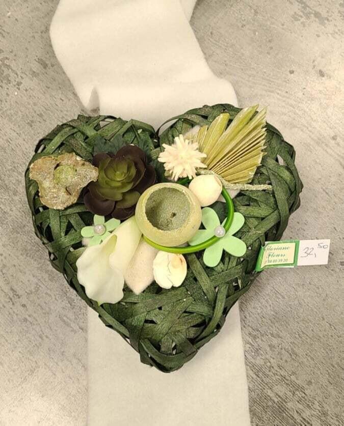 Composition en fleurs artificielles en forme coeur