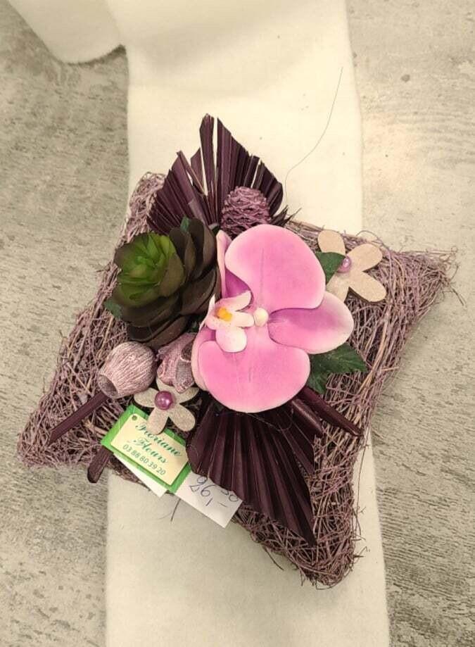 Composition en fleurs artificielles de forme carré