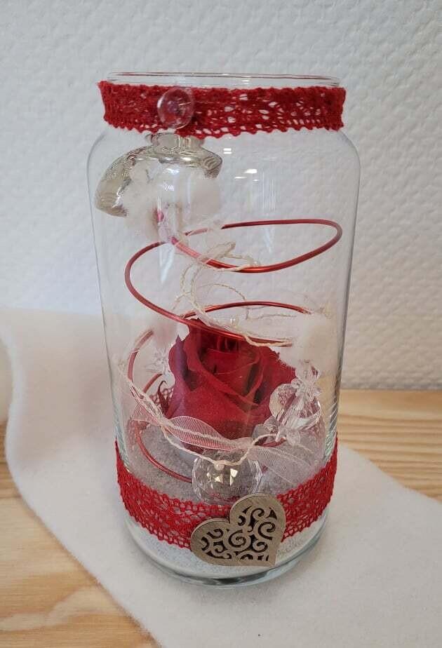 Rose éternelle rouge décorée