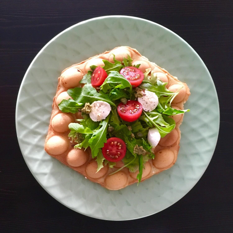 Tomaatti-mozzarella vohveli