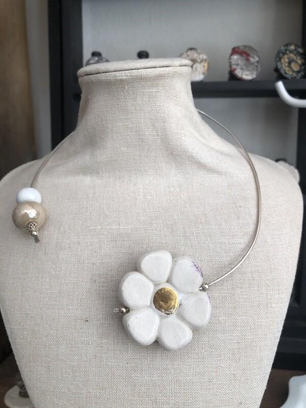 Collana Aperta Argento 925 Con Fiore In Ceramica Bianca E Oro. Perle In Ceramica E Argento. Pezzo Unico. Handmade