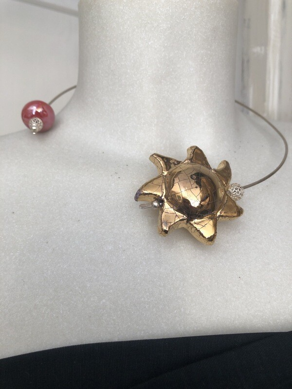 Collana Aperta Con Sole In Ceramica Rifinito In Oro. Perle In Ceramica E Argento. Colore Oro. Pezzo Unico. Fatto A Mano
