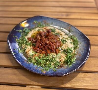 Хумус классический с вялеными томатами.
