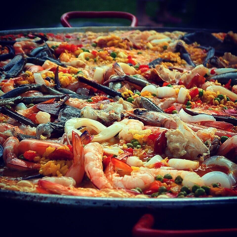 Paella w Tiger Prawns, Calamari, Mussels & Chicken (Serves 3-4)