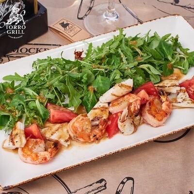 Зеленый салат с креветками и кальмарами