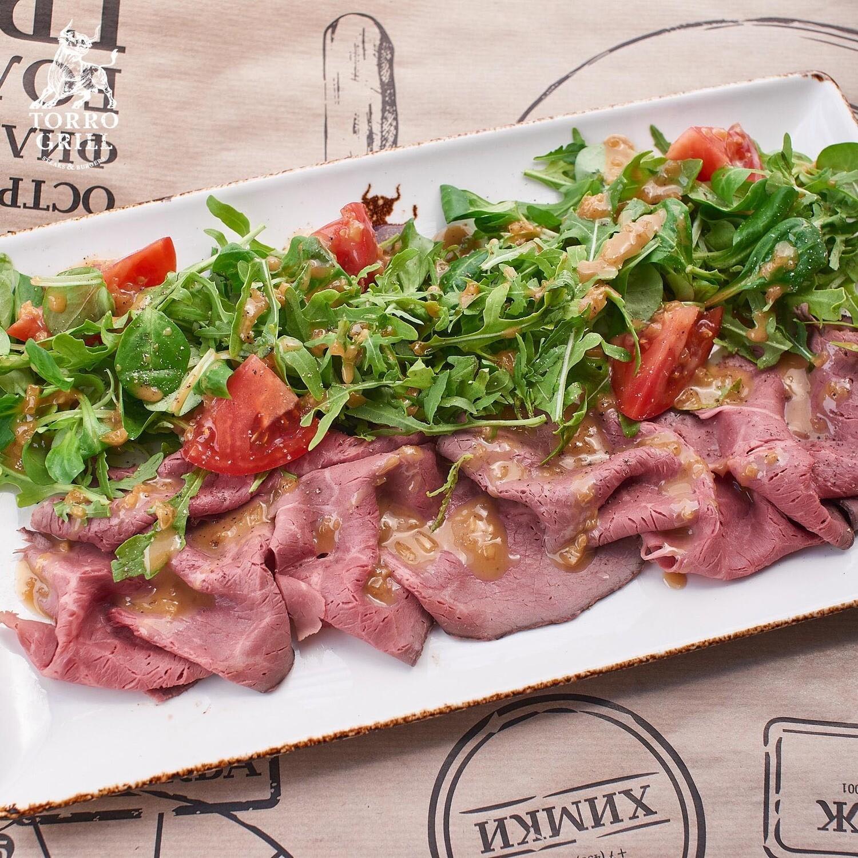 Зеленый салат с ростбифом и томатами
