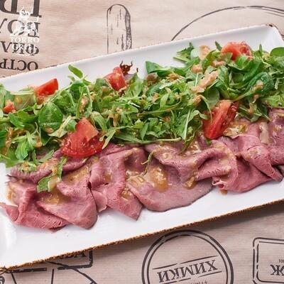Ростбиф салат с томатами и фирменной кунжутной заправкой