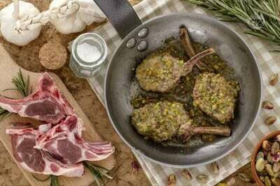 Costolette di agnello in crosta di pistacchio e ratatuille di verdure