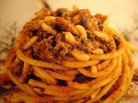 """Spaghetti con finocchietto selvatico, sarde e """"muddica"""" croccante"""