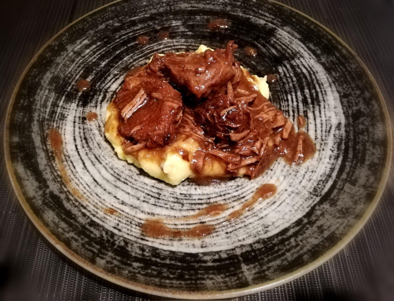 Brasato di manzo al Nero d'Avola con purè di patate
