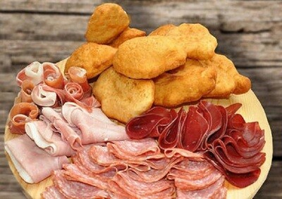 Crespelle fritte con salumi siciliani