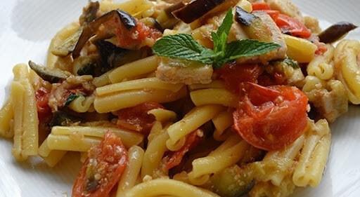 Caserecce con dadolata di pesce spada, olive nere, melanzane e pomodorini ciliegino