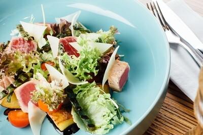 Листовой салат с тунцом, обжаренным на гриле и сыром пармезан