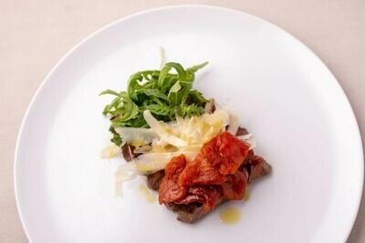 Tagliata di Manzo con rucola, parmigiano e pomodoro