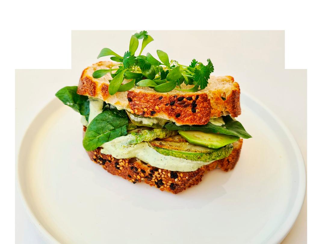 Сэндвич на ремесленном хлебе с авокадо и цукини